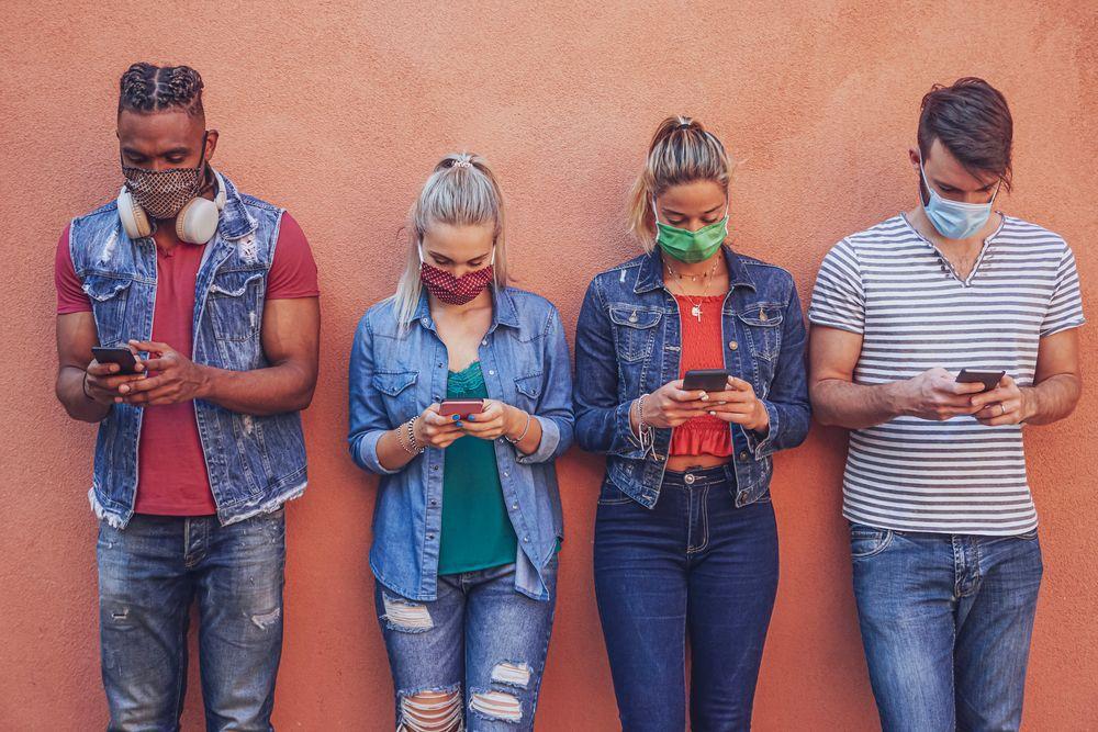 People mit MNS Smartphone